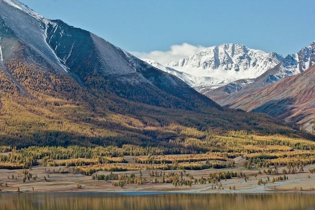 Prachtig landschap omgeven door de bergen bedekt met sneeuw