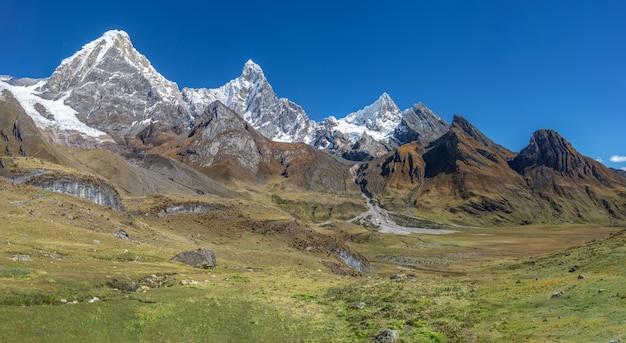 Prachtig landschap shot van de adembenemende bergketen van de cordillera huayhuash in peru