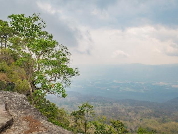 Prachtig landschap uitzicht vanaf de berg phu kradueng