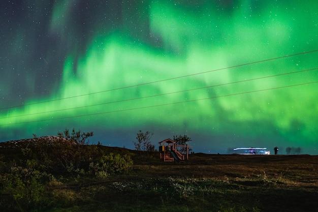 Prachtig landschap van aurora borealis in de nachtelijke hemel van de tromso lofoten-eilanden, noorwegen