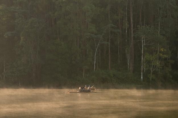 Prachtig landschap van bamboe raften door de mist op het meer.