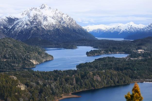 Prachtig landschap van bergen en meren