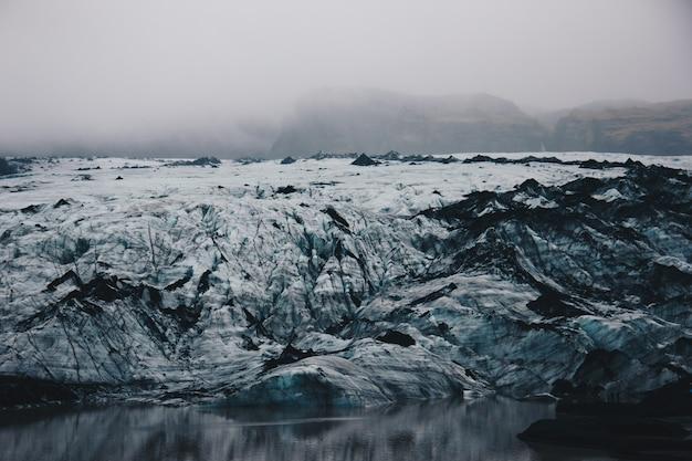 Prachtig landschap van besneeuwde en rotsachtige velden op het platteland