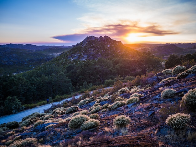 Prachtig landschap van de adembenemende zonsondergang in het natuurpark montesinho in portugal