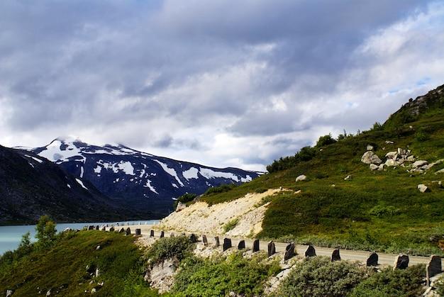 Prachtig landschap van de beroemde atlanterhavsveien - atlantische oceaan road in noorwegen