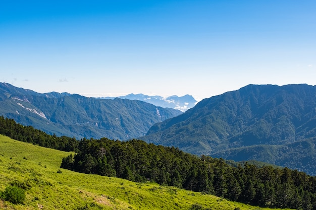 Prachtig landschap van de groene berg en de blauwe lucht bij hehuanshan main peak, taroko national park, wuling, nantou county, taiwan
