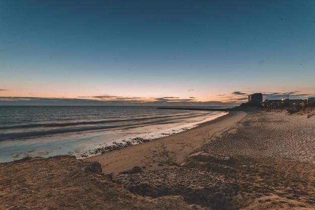 Prachtig landschap van de zonsondergang weerspiegelt in de zee