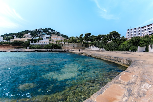 Prachtig landschap van een badplaats op de heuvel en een zee