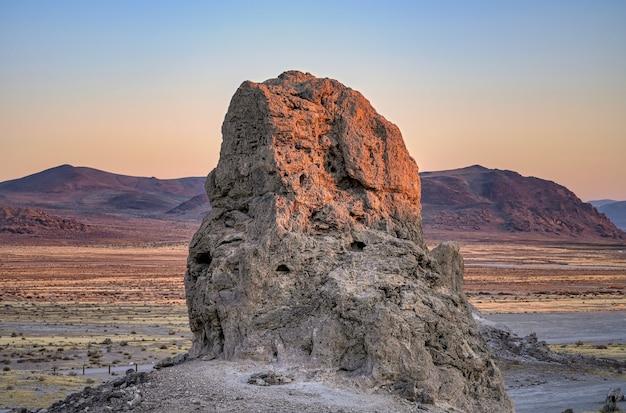 Prachtig landschap van een hoogtepunt bij zonsopgang in de woestijn