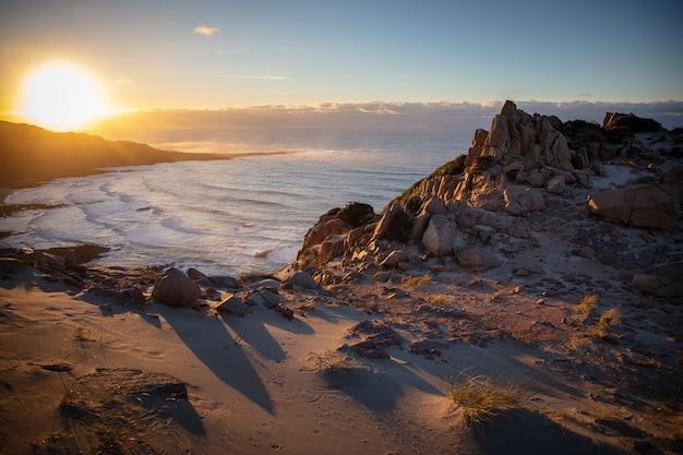 Prachtig landschap van een rotsachtige kust met uitzicht op zee