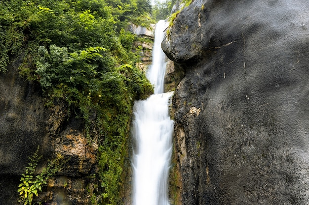 Prachtig landschap van een waterval die door rotsachtige kliffen stroomt