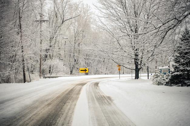 Prachtig landschap van het besneeuwde veld op het platteland van pennsylvania