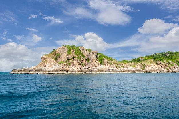 Prachtig landschap van het land van de zee in zonnige dag in thailand