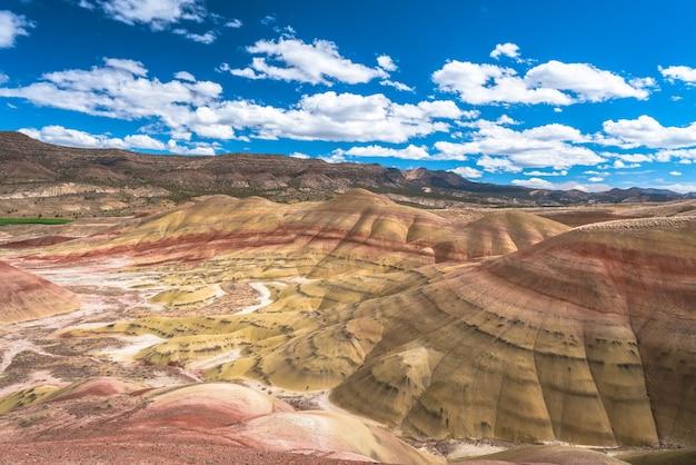Prachtig landschap van hoge rotswanden met veel struiken onder een bewolkte hemel