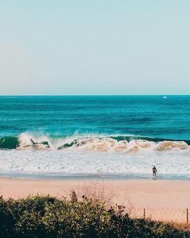 Prachtig landschap van oceaangolven die naar de kust in rio de janeiro spatten