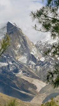 Prachtig landschap van rotsachtige bergen bedekt met mist in gangotri national park
