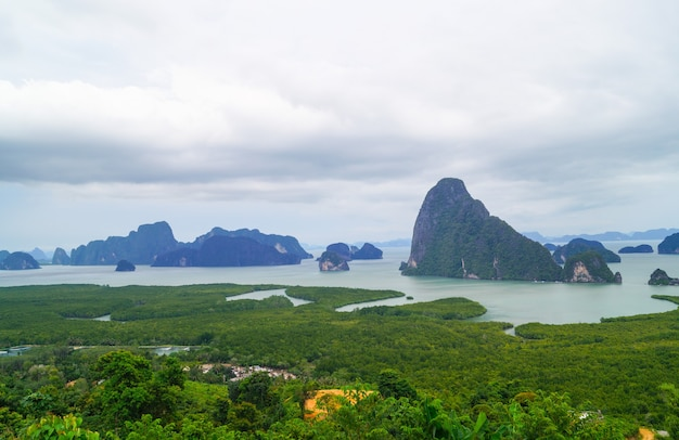 Prachtig landschap van rotsen in de sa-met-nang-she zee in phang nga, thailand.
