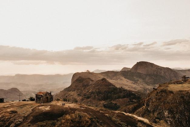 Prachtig landschap van ruige heuvels op een warm gebied overdag