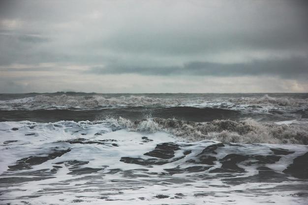 Prachtig landschap van verbazingwekkende sterke oceaan golven tijdens mistig weer op het platteland