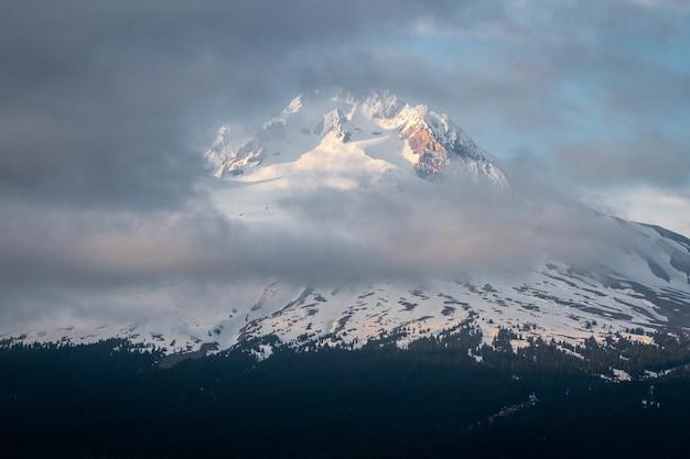 Prachtig landschap van wolken die de mount hood bedekken
