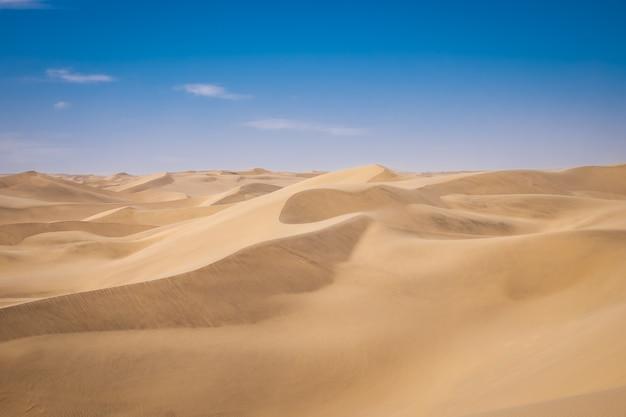 Prachtig landschap van zandduinen in een woestijn op een zonnige dag