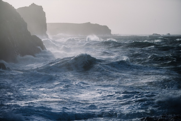 Prachtig landschap van zee golven die breken over rotsformaties