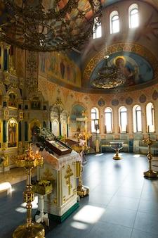 Prachtig licht uit de ramen in de christelijke kerk