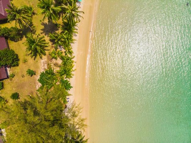 Prachtig luchtfoto van strand en zee
