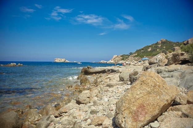 Prachtig mediterraan strand typisch voor de kust van zuid-sardinië, overgenomen in de zomer
