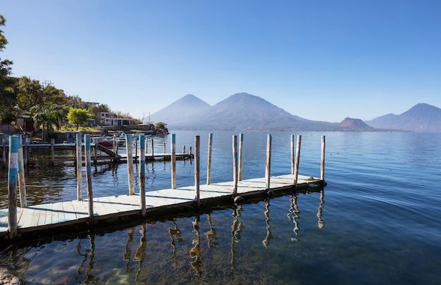 Prachtig meer atitlan en vulkanen in de hooglanden van guatemala, midden-amerika