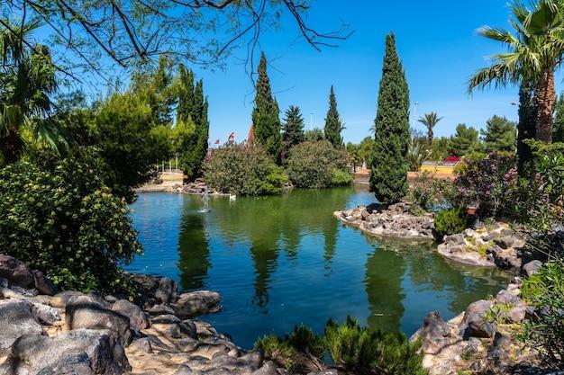 Prachtig meer in het centrum van de stad in het parque de las naciones in de stad torrevieja, alicante, middellandse zee