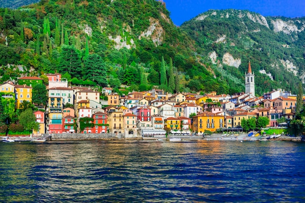 Prachtig meer lago di como - schilderachtig dorp varenna met kleurrijke huizen.