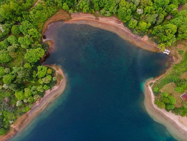 Prachtig meer met bos