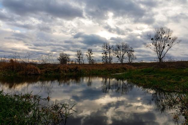 Prachtig meer op een bewolkte dag en een somber landschap