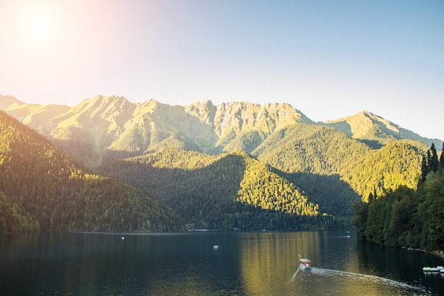 Prachtig meer ritsa in abchazië. landschap van de bergen van het bos en het meer