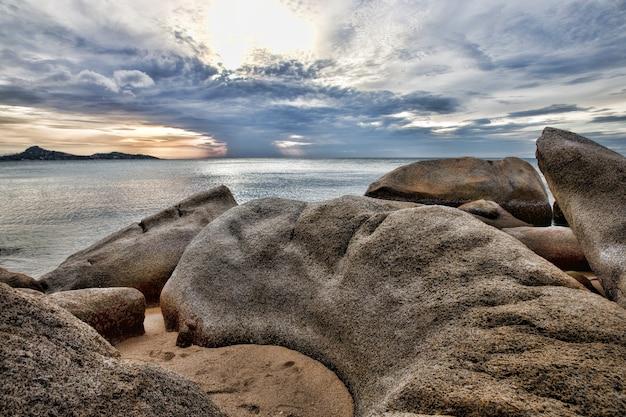 Prachtig met zonsondergang over de zee