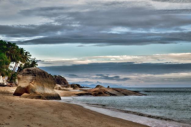 Prachtig met zonsondergang over het zee-landschap