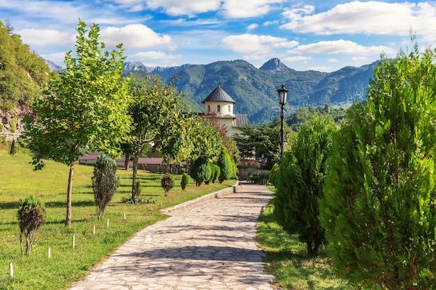 Prachtig middeleeuws moracha-klooster, kerk van de veronderstelling van maria, montenegro.