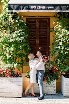 Prachtig mooi volwassen stel, elkaar omhelzend en genietend van hun wandeling in de prachtige oude stad