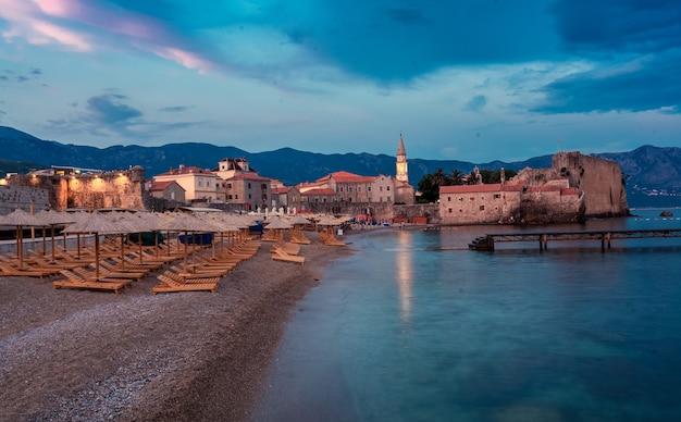 Prachtig nachtlandschap van de oude stad aan zee