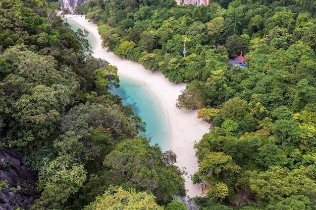 Prachtig natuur bovenaanzicht panorama van de eilanden in de andaman zee