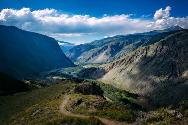 Prachtig natuurlandschap, geweldig uitzicht op de bergen. een favoriete schilderachtige plek voor toeristen katu-yaryk bergpas, locatie altai republiek, siberië, rusland