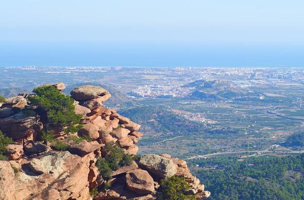 Prachtig natuurlijk landschap met rotswanden omgeven door groen onder een heldere hemel