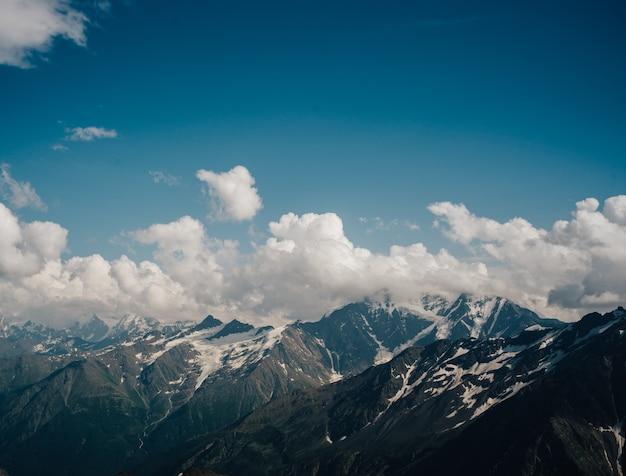 Prachtig natuurlijk landschap van bergen