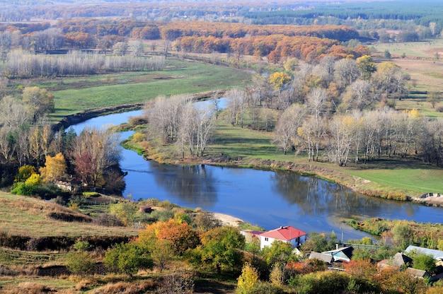 Prachtig natuurlijk landschap van een dorp