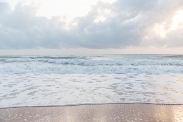 Prachtig oceaanlandschap. lucht en zee