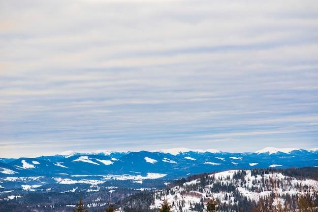 Prachtig panorama van berghellingen met wandelpaden die uitkijken over de heuvels en naaldbossen