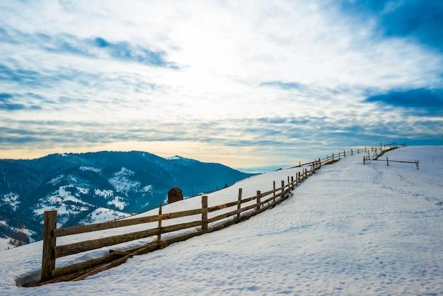 Prachtig panorama van de bergketens bedekt met sneeuw