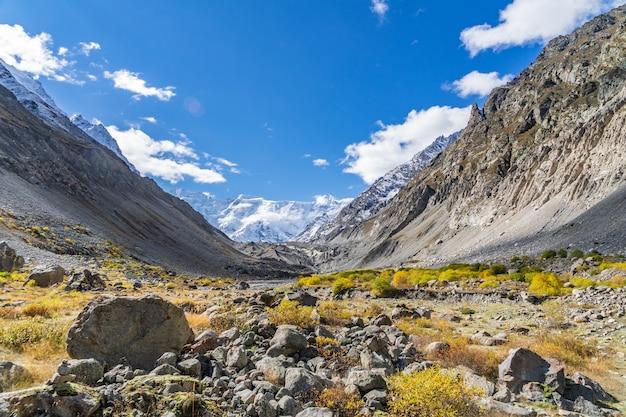 Prachtig panorama van hoge rotsachtige bergen