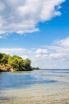 Prachtig panoramisch landschap van kaniv reservoir, oekraïne